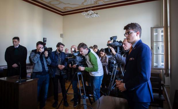 Sąd orzekł, że prezydent Gdańska Paweł Adamowicz poniżył działacza Młodzieży Wszechpolskiej, nazywając faszystą i naruszył nietykalność cielesną, ale z uwagi na znikomą społeczną szkodliwość tego czynu postępowanie karne zostało umorzone.