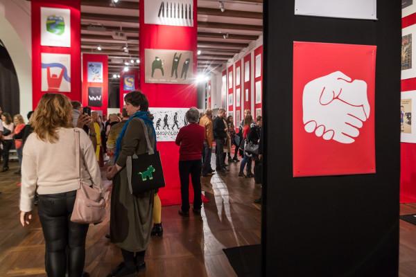 Miłośnicy sztuki plakatu z zaciekawieniem przyglądali się prezentowany pracom.