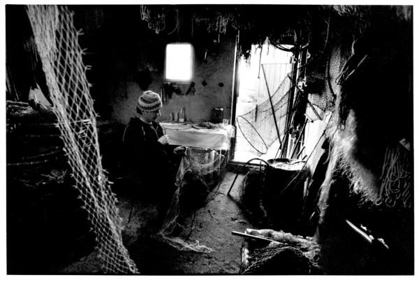 Rybak Ryszard Olejnik naprawia sieci, grudzień 1985 r.