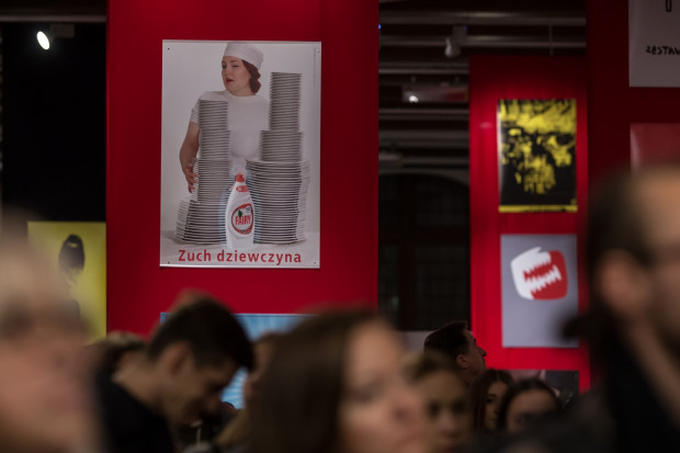 W czasach Polski Ludowej taki plakat podziałałby na panie jako zachęta do realizowania wyśrubowanych norm. Dziś jego wymowa jednych rozbawi, a innych rozwścieczy.