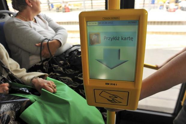Jeśli pomysł samorządowców zostanie zrealizowany, to ok. 2020 r. w środkach komunikacji miejskiej pojawią się elektroniczne kasowniki lub czytniki w drzwiach. Pasażerowie będą m.in. przykładać do nich swoje karty, telefony, czy dowody osobiste w celu opłacenia przejazdu.