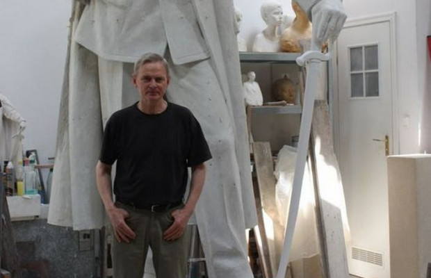 Rzeźbiarz Stanisław Szwechowicz na tle projektu pomnika Piłsudskiego, który stanął w Gdyni.
