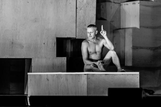 """Nagi Jacek Poniedziałek jako Sokrates ma do wygłoszenia mowę obrończą z """"Obrony Sokratesa""""."""