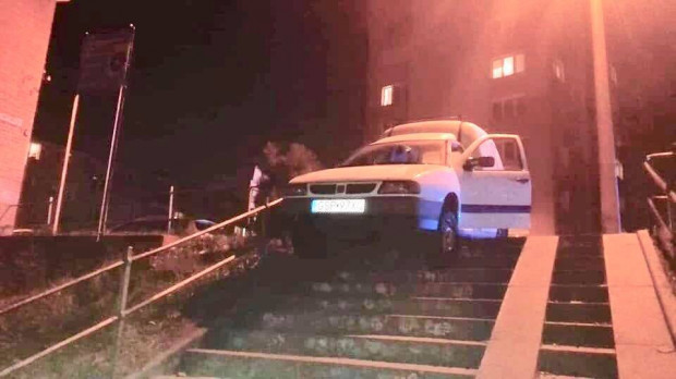 Auto kierowane przez pijanego 40-latka zawisło na schodach.