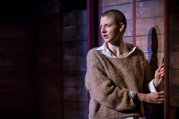 """Spektakl """"Ruscy"""" zbudowany jest wokół postaci Wiery (Magdalena Gorzelańczyk) - kilkunastoletniej dziewczyny, która postanawia spełnić marzenia rodziny i udać się na studia do kraju przodków."""
