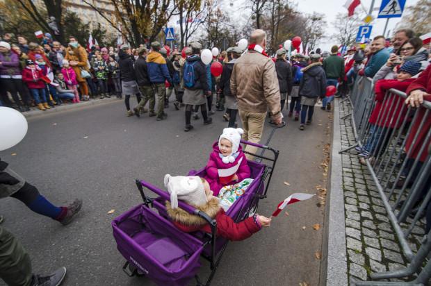 Piknikowa atmosfera na paradzie niepodległości w Gdyni.