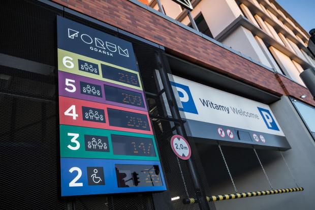 Forum Gdańsk dysponuje parkingiem na 1 tys. aut. Pierwsza godzina postoju jest darmowa. Druga i trzecia kosztuje 3 zł, czwarta i piąta - 4 zł, a każda kolejna 8 zł.