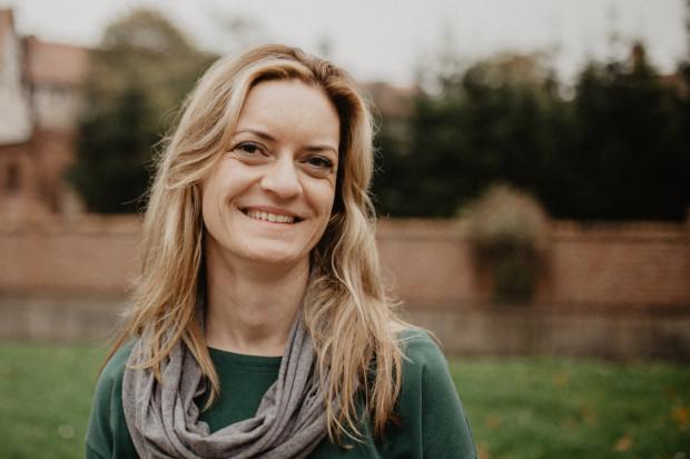 Monika Kaźmierczak ukończyła Akademię Muzyczną w Gdańsku oraz Niderlandzką Szkołę Carillonową w Amersfoort. Od wielu lat realizuje z powodzeniem projekty propagujące muzykę carillonową. Koncertuje także w Polsce i za granicą.