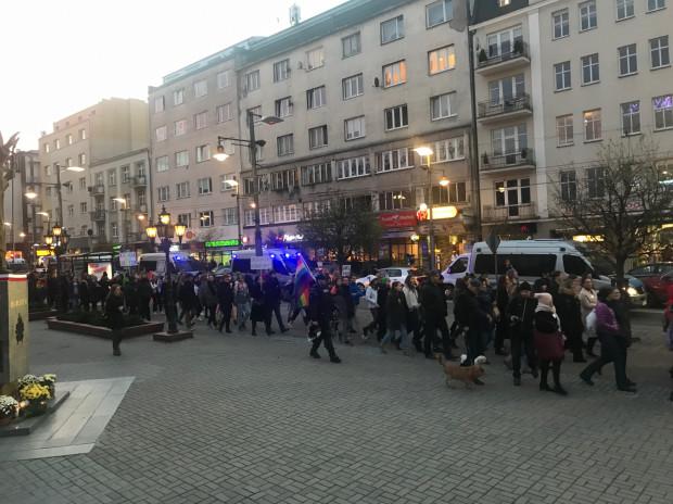 Marsz Równości idzie ul. Świętojańską.
