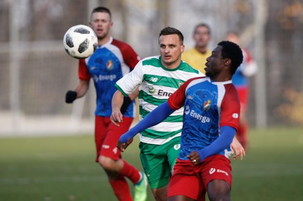 Sławomir Peszko (na zdjęciu podczas sobotniego meczu rezerw z Gryfem Słupsk) liczy na to, że trener Piotr Stokowiec przywróci go do pierwszego zespołu Lechii.
