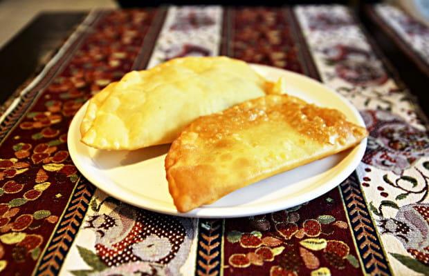 Dwa czeburieki (pierogi kaukaskie) - jeden z wołowiną, drugi z twarogiem solonym i zieleniną