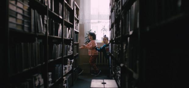 Podczas minutowego filmu mali bohaterowie odkrywają zakamarki zabytkowej gdańskiej szkoły. Pomysł doceniło renomowane jury podczas festiwalu w Nowym Jorku.
