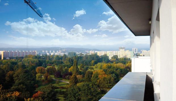 Nawet jeśli z balkonu widać bloki, to przestrzeń za oknem staje się wyczuwalna także we wnętrzu.