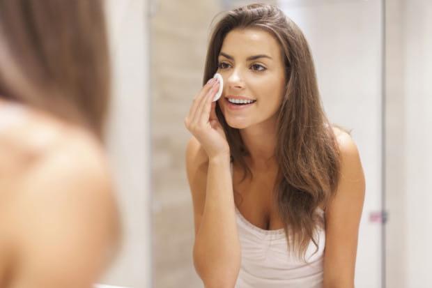 Niezależnie od tego, czy i w jakim stopniu stosujemy na co dzień kosmetyki kolorowe, skóra wieczorem jest zanieczyszczona.