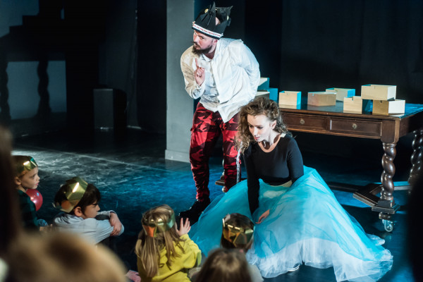 Największą uwagę dzieci budzą momenty, w których aktorzy zwracają się do nich bezpośrednio.