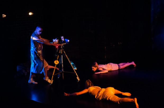 """- Chętnie współpracujemy z osobami wywodzącymi się z różnych stylów i technik tanecznych, co na scenie pozwala uzyskać pewien kolaż. Wtedy wszyscy jesteśmy tak naprawdę współtwórcami spektaklu - przyznają twórcy Sopockiego Teatru Tańca. Na zdjęciu podczas """"Przedmiotu nieocenionej wartości""""."""
