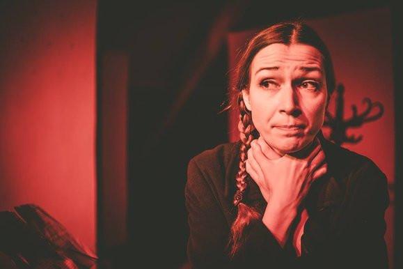 """Kameralny spektakl """"Curko moja, ogłoś to"""" w wykonaniu Magdaleny Drab przybliży młodym widzom sytuację osób ze społecznego marginesu."""