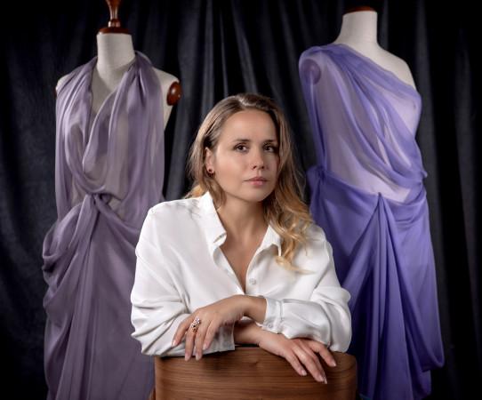 Olga Ziemann uwielbia jedwab. To właśnie z niego powstają ubrania i abażury, które znajdziemy w altelier Silk Epoque.