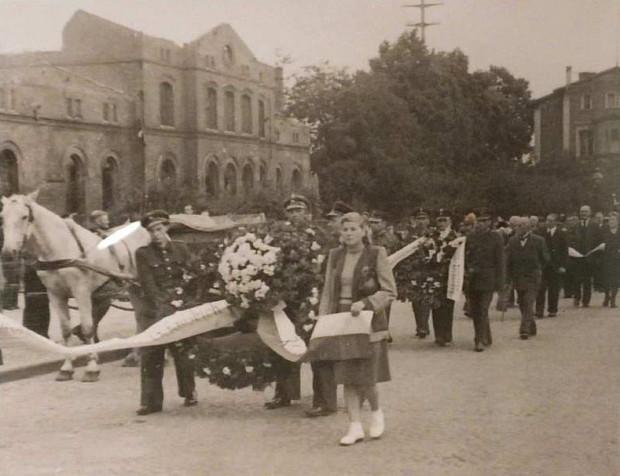 Dworzec kolejowy oraz duża część zabudowy w centralnej części dzielnicy została zniszczona przez zdobywającą Gdańsk Armię Czerwoną wiosną 1945 roku. Co najmniej do końca lat 40. mieszkańców i podróżnych straszył wypalony budynek. Zdjęcie z 9 lipca 1948 roku, na pierwszym planie kondukt pogrzebowy Michała Bellwona (źródło: Forum Dawny Gdańsk)
