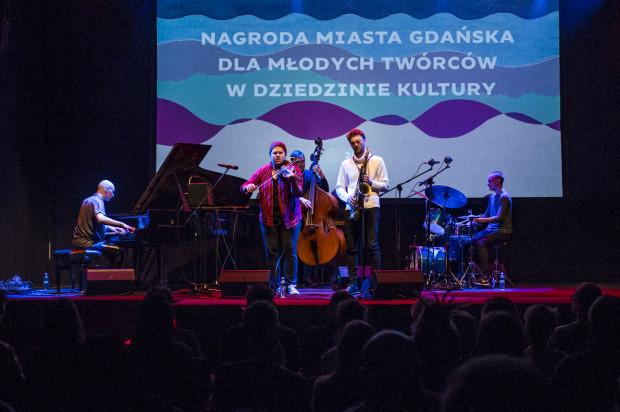 """Po oficjalnej części odbył się koncert tegorocznego podwójnego zwycięzcy - Tomasza Chyły, który wspólnie ze swoim kwintetem zaprezentował premierowy materiał z płyty """"Circlesongs""""."""