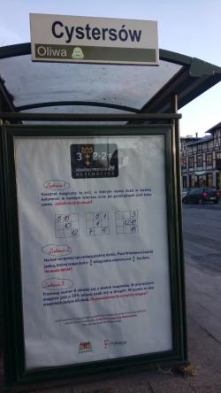 Na 45 wiatach przystankowych w Gdańsku można znaleźć plakaty z matematycznymi łamigłówkami.