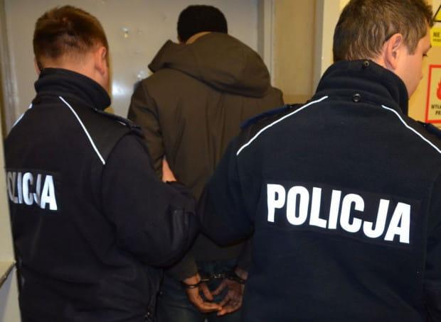 Policjanci wciąż ustalają, kim jest zatrzymany oszust.