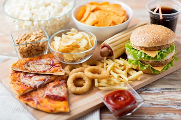 Rezygnacja z żywności przetworzonej w wysokim stopniu od razu przyniesie lepsze samopoczucie.