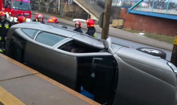 Auto wypadło z drogi, a następnie wylądowało na torach SKM.