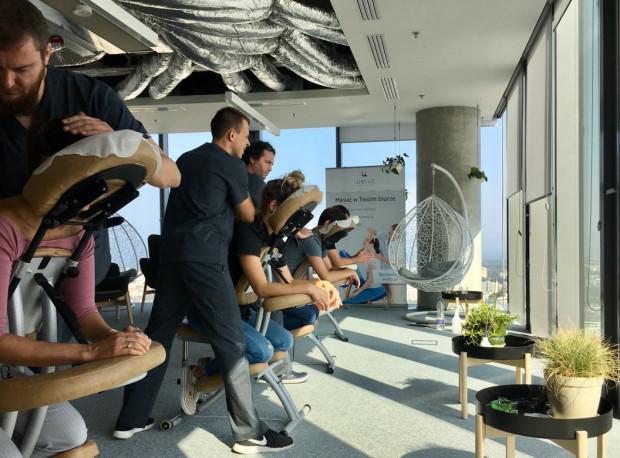 W wielu światowych firmach masaż w biurze dla pracowników stał się normą, szczególnie w branży IT.