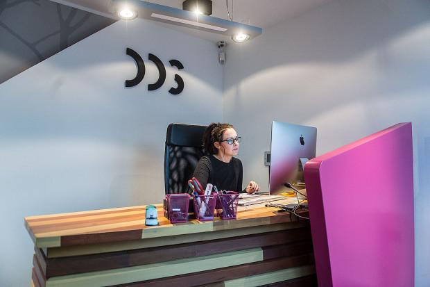 Intensywna kolorystyka oraz drewno są elementami wiodącymi. Pojawiają się praktycznie w każdym pomieszczeniu biura.