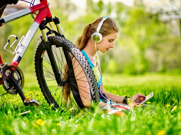 Na ścieżkach rowerowych zwykle musimy mieć oczy dookoła głowy - bodziec w postaci muzyki może zbytnio odwracać naszą uwagę.