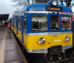 Niewielkie flagi były dziś widoczne na szybach kabiny maszynisty w pociągach SKM.
