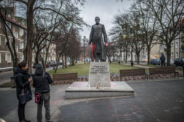 Pomnik ks. Henryka Jankowskiego zniknie z przestrzeni publicznej Gdańska. W czwartek został oblany czerwoną farbą.