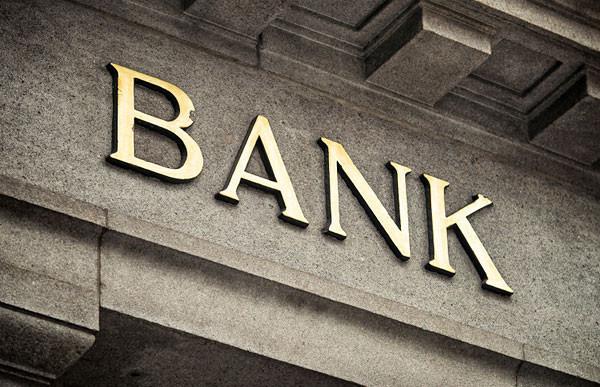 Oszuści nakłonili 73-latkę do wizyty aż w dwóch różnych bankach. W jednym z nich wzięła kredyt, aby przelać pieniądze przestępcom.
