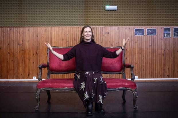 """- Czuję, że to dobry moment na kolejne wyzwanie, na nową formę i język, którego wcześniej nie dotykałam - mówi Anna Wieczur-Bluszcz, reżyserka opery """"Kandyd""""."""