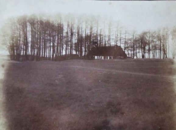 Jedno z niewielu zachowanych zdjęć Białego Dworu, który został zniszczony pod koniec II wojny światowej.