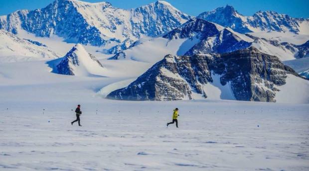 W takiej scenerii odbywa się maraton na Antarktydzie.