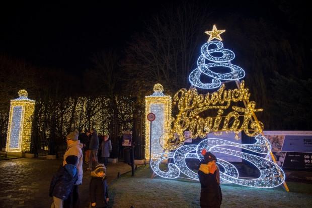 """Odwiedzających park Oliwski - już od głównego wejścia przy ul. Rybińskiego - witają świąteczne życzenia """"Wesołych Świąt"""", a przy wejściu od al. Grunwaldzkiej świetlny napis """"Gdańsk""""."""