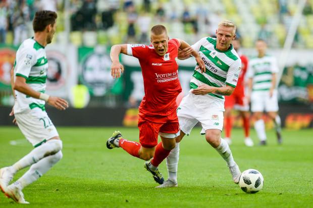 Lechia Gdańsk straciła w Legnicy 2 punkty oraz Daniela Łukasika (pierwszy z prawej), który otrzymał 4. żółtą kartkę i w ostatniej tegorocznej kolejce nie będzie mógł zagrać.