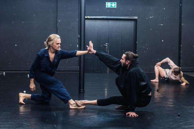 """Co roku w Teatrze Wybrzeże premierę ma nowy spektakl Teatru Dada von Bzdülöw. We wrześniu oglądaliśmy """"One"""" w wykonaniu młodych tancerzy."""