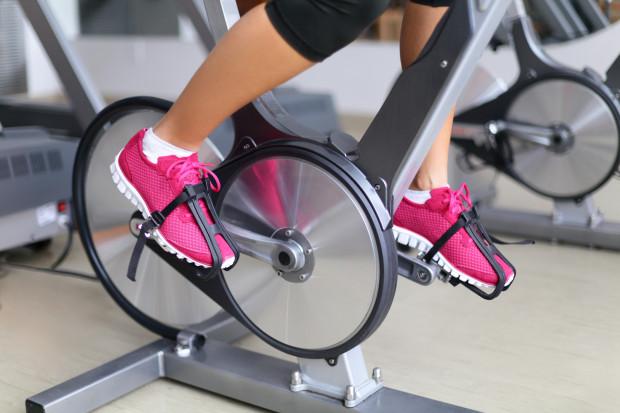 Koło zamachowe w rowerze spinningowym pomaga w utrzymaniu odpowiedniej częstotliwości obrotów na minutę.
