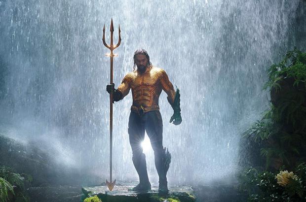 Tytułowy Aquaman żyje na pograniczu dwóch światów. Jest synem latarnika i królowej Atlantydy. Po latach, początkowo wbrew własnej woli, próbuje odzyskać należny mu tron i zepchnąć z niego przyrodniego brata, którego obwinia o śmierć matki.