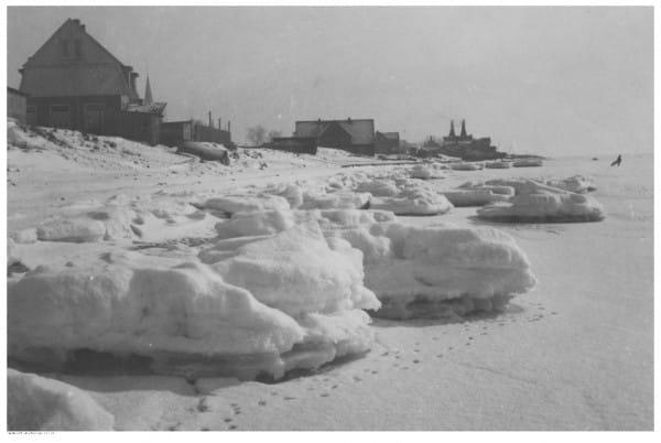 Widok ogólny Kuźnicy nad Zatoką Pucką zimą. Zdjęcie wykonane w okresie 1918-1939.