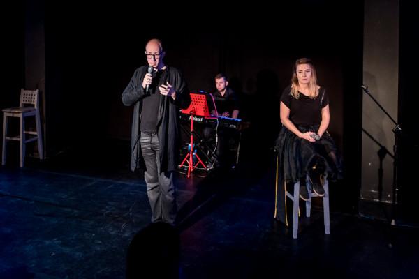 """Kameralne, niskobudżetowe przedstawienie """"Chłopem i babą stworzył nas Bóg"""" Marka Sadowskiego jest przykładem na to, że świetny teatr nie potrzebuje wielkich, rozbuchanych inscenizacji, by ująć jakością i poziomem przekazu."""