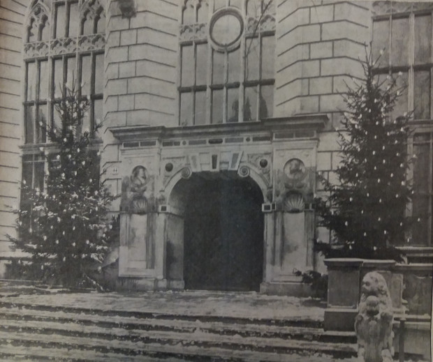 Udekorowane drzewka bożonarodzeniowe przed Dworem Artusa, 1926 r. Ze zbiorów PAN Biblioteka Gdańska.