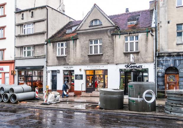Na tym budynku, znajdującym się przy ul. Abrahama w Gdyni, zawisła jedna z tablic, z której treścią nie zgodzi się żaden z rzetelnych historyków.