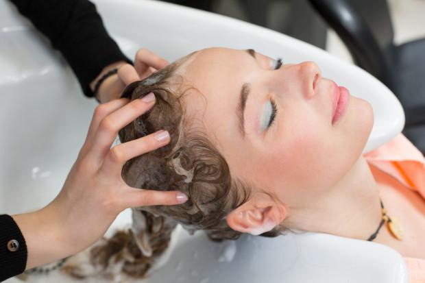 Klienci chętnie nagradzają napiwkami nie tylko osoby wykonujące usługę, ale i tych, którzy im pomagają, np. praktykantów wykonujących mycie i masaż głowy.