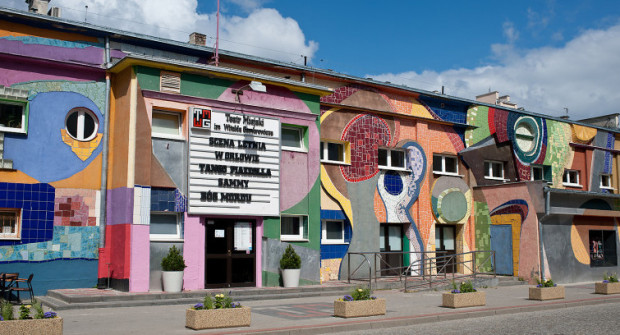 Pstrokata elewacja Teatru Miejskiego zniknie, zaś sam budynek zostanie podniesiony na czym zyska komin sceny. Niedługo poznamy dokładny zakres zmian, jakie czekają gmach po rozbudowie mającej się rozpocząć w 2021 roku.