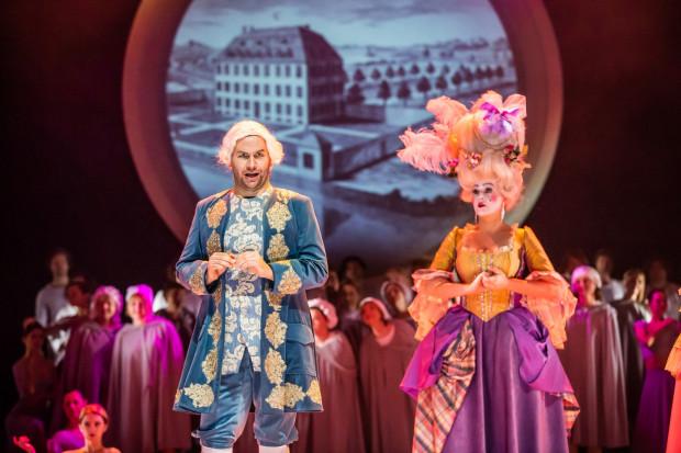 Udane, odważne aktorstwo (oprócz znanych z innych spektakli walorów wokalnych) zaprezentował Bartłomiej Misiuda (na zdjęciu z Pauliną Wilczyńską w roli Baronowej).