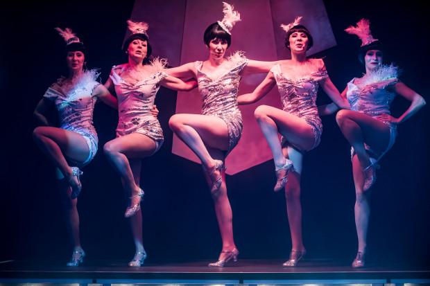 """""""Rewia. Lata 20., lata 30"""" to propozycja pełna żywiołowego tańca i pamiętnych piosenek sprzed lat w bardzo dobrym wykonaniu. Na uznanie zasługuje też bardzo efektowne kostiumy autorstwa Karoliny Bryl."""